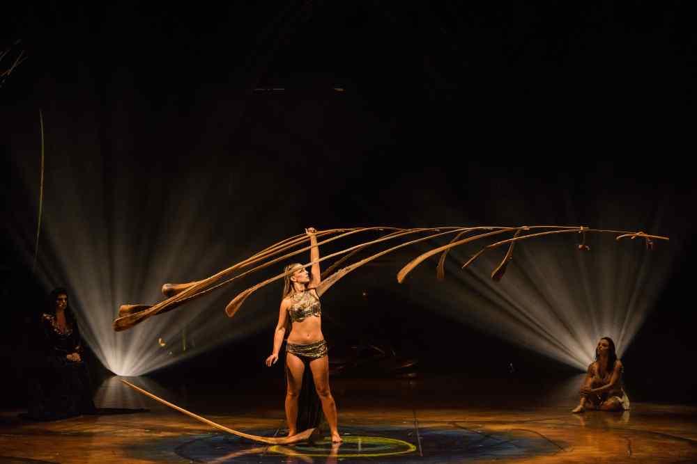 AMA_DSC9764_Balance Goddess_Photo Martin Girardshootstudio.ca Costumes Mérédith Caron © 2015 Cirque du Soleil