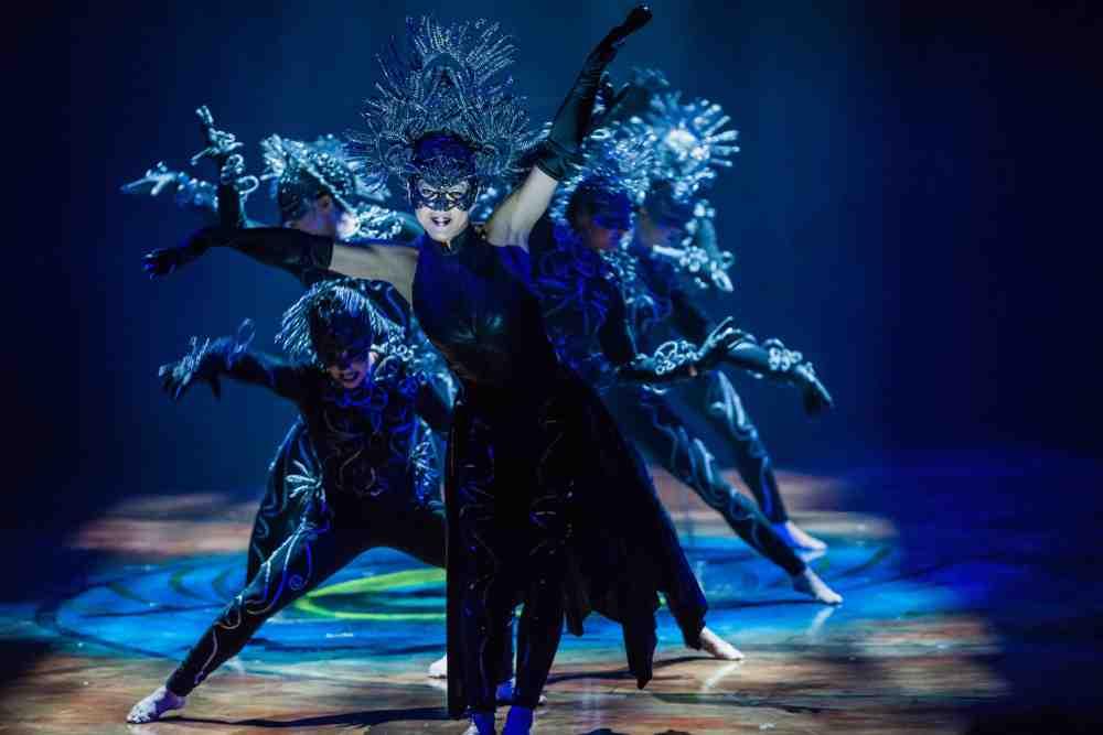 AMA_DSC9832_1000_Arms_and_sticks_Photo Martin Girardshootstudio.ca Costumes Mérédith Caron © 2015 Cirque du Soleil